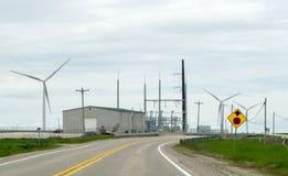 Windmühlen und ein Kraftwerk, grüne Energie lizenzfreie stockbilder