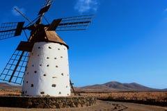 Windmühlen- und Gebirgshintergrund Stockfotografie