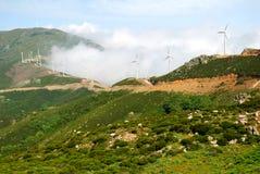 Windmühlen und grüne Land-Hügel Stockfoto