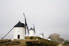 Windmühlen und Schloss, Consuegra Spanien Lizenzfreie Stockfotografie