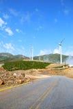Windmühlen und Straße Stockbilder
