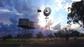 Windmühlen- und Wasserbehälter bei Sonnenuntergang stock video