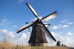 Windmühlendorf in Holland Alte Mühlkreide und -mehl Der schöne Hintergrund der Landschaft von Holland Lizenzfreie Stockfotos