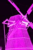 Windmühlendorfwindmühlen-Charme-Neonpurpur stockfotos