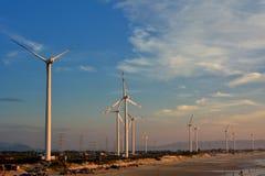 Windmühlengenerator im Morgenlicht Stockbild
