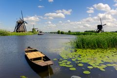 Windmühlenlandschaft bei Kinderdijk die Niederlande Lizenzfreies Stockfoto