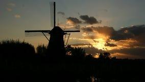 Windmühlenschattenbild bei Sonnenuntergang stock footage