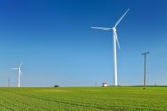 Windmühlenturbine auf blauem Himmel Windmühlen am Sonnenaufgang Moderner Ökostrom Stockfotos