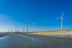 Windmühlpark in einer Strandlandschaft Lizenzfreie Stockfotos