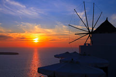 Windmühle am Sonnenuntergang in Santorini, Griechenland Stockfoto
