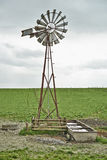 Windmühle und bewölkter Himmel Stockfoto