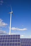 Windmühle und Sonnenkollektoren Stockfotos