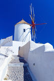 Windmill av den Oia byn Arkivbild