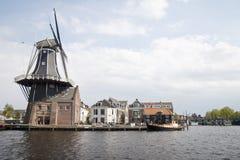 Windmill De Adrián a lo largo de Spaarne, Haarlem, Holanda Imagenes de archivo
