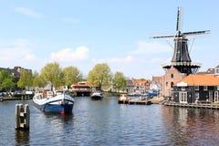 Windmill De Adriaan nahe Spaarne, Haarlem, Holland Lizenzfreies Stockfoto
