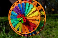 windmill för toy för bakgrundsblue färgad mång- en trädgårds- green för bakgrund spinnare för leksaker för barn dekorativ och fär Arkivbilder