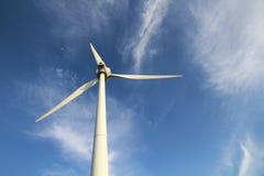 Windmill med blåttskyen Arkivbilder