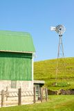 Windmill och Farmyard arkivfoto