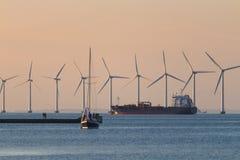Windmils, грузовые суда, корабль шлюпки, Копенгаген Дания стоковые фотографии rf