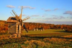 Windmolen bij het Landschap van de Herfst stock afbeelding