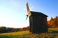 Windmolen bij het Landschap van de Herfst royalty-vrije stock afbeelding