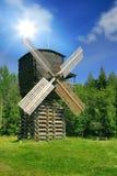 Windmolen in bos onder zon Stock Afbeeldingen