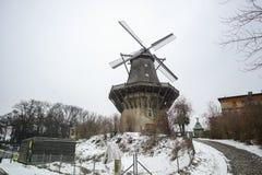 Windmolen buiten Sanssouci-Paleis in de Wintersneeuw stock fotografie