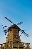 Windmolen in de blauwe hemel Stock Afbeeldingen