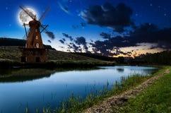 Windmolen in de nacht Stock Afbeeldingen