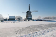 Windmolen in de winterlandschap Stock Afbeelding