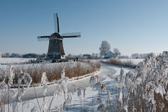 Windmolen in de winterlandschap Stock Foto's