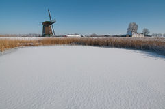 Windmolen in de winterlandschap Royalty-vrije Stock Afbeeldingen