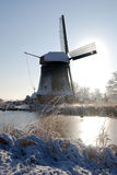 Windmolen in de winterlandschap Stock Afbeeldingen