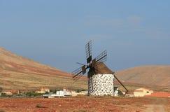 Windmolen in de woestijn stock foto's