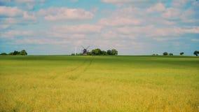 Windmolen dichtbij Fleninge-dorp stock video