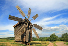 Windmolen dichtbij weg royalty-vrije stock afbeelding