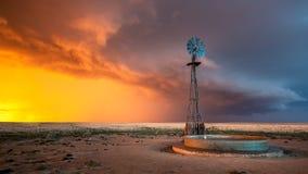 Windmolen in een Onweersbui bij Zonsondergang Royalty-vrije Stock Foto