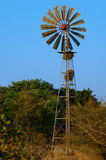 Windmolen in een Waterhole Stock Afbeelding