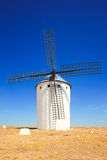 Windmolen en blauwe hemel. Alcazar DE San Juan, La Mancha, S van Castilla Stock Afbeelding