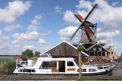 Windmolen en boot Royalty-vrije Stock Afbeeldingen