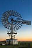 Windmolen en Maan Stock Foto's