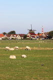 Windmolen en vuurtoren van Hollum Ameland, Holland Stock Foto