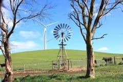 Windmolen en windturbines Stock Afbeeldingen
