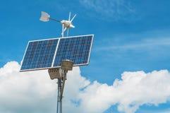Windmolen en zonnepaneel Stock Foto's