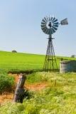 Windmolen in groene gewassen Zuidelijk Australië Stock Foto