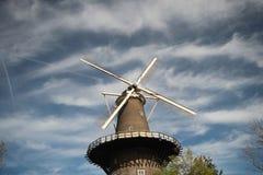 Windmolen in het centrum van Leiden in Nederland met blauwe hemel en witte wolken stock foto's