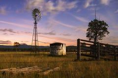 Windmolen in het platteland Royalty-vrije Stock Afbeeldingen