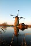 Windmolen met bezinning Royalty-vrije Stock Foto