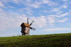 Windmolen met een strodak Stock Foto