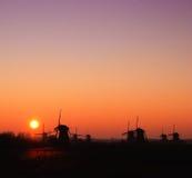 Windmolen met het toenemen zon Royalty-vrije Stock Afbeeldingen